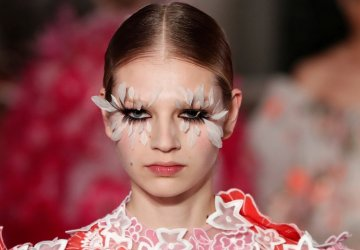 Similar to the theme of Piccioli's designs, named after flowers, the makeup at the Valentino Couture show created a multitude of gorgeou eyelashes.